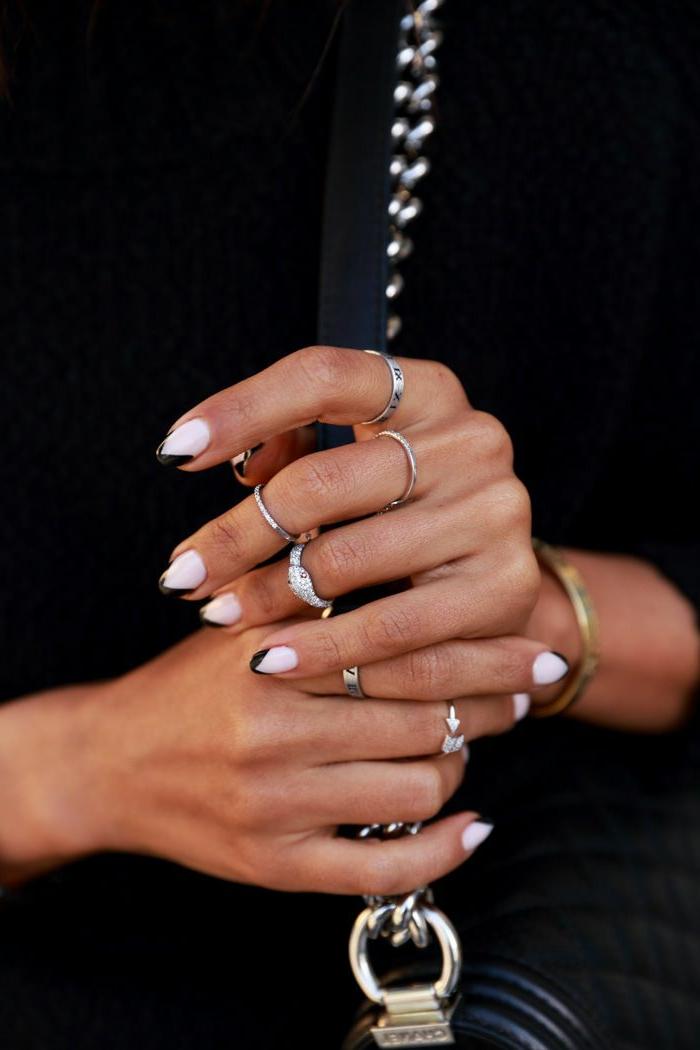 diseños de uñas francesas modernas, manicura francesa con puntas en negro y fondo blanco