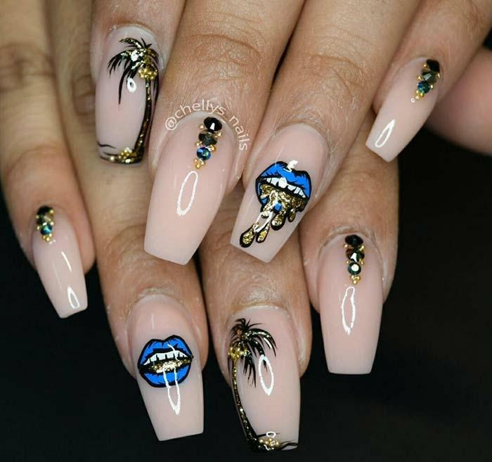 diseños exclusivos de uñas acrílicas, uñas pintadas en esmalte beige acabado brillante con bonitos dibujos en negro, azul y dorado