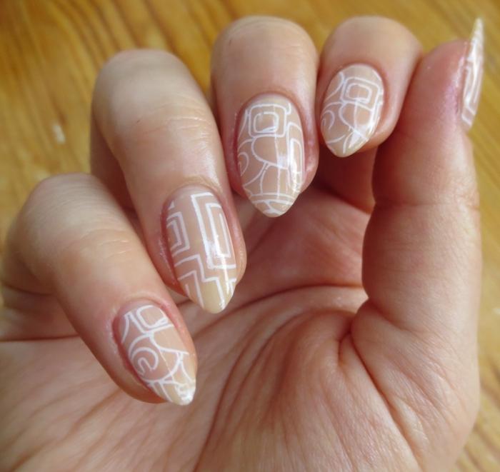 uñas acrílicas en color nude con decoración en blanco diseño geométrico, largas uñas almendradas