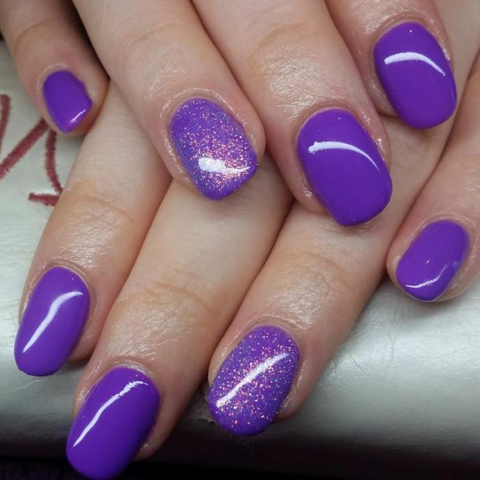 diseños de uñas pintadas en un solo color, uñas de longitud media acrílicas pintadas en lila intenso