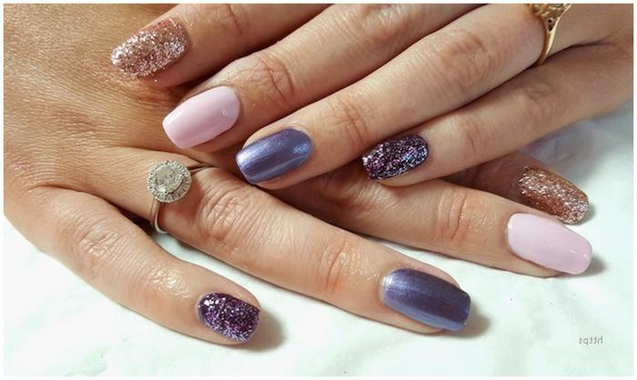 uñas acrilicas o de gel pintadas en diferentes colores, uñas en rosado, lila y dorado longitud media forma cuadrada