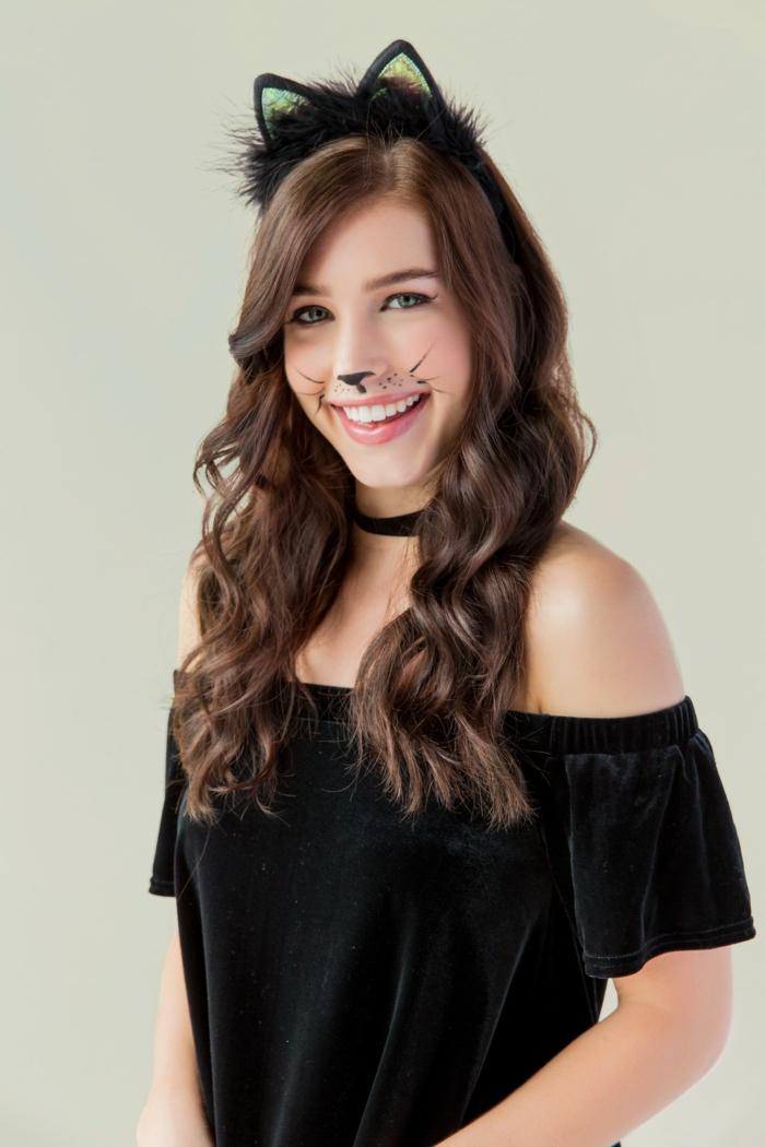 disfraz halloween casero de gato, prendas negras, pelo suelto en ondas, maquillaje de gato faciles de hacer