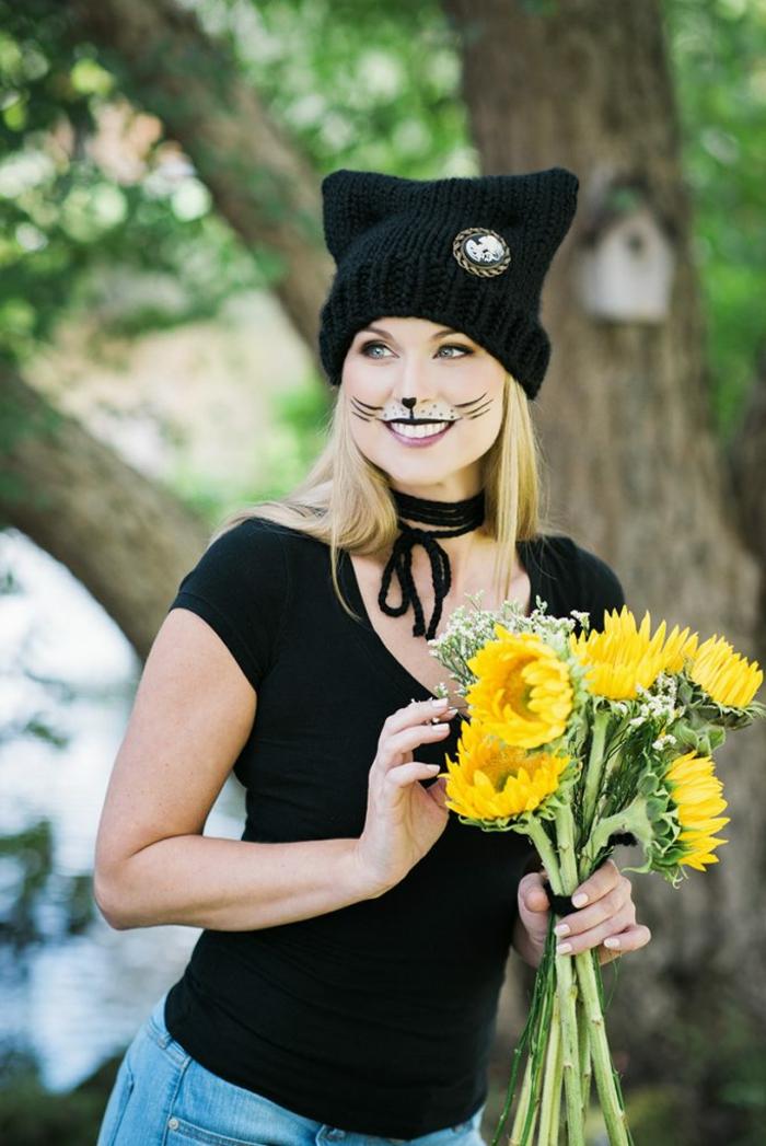ideas sencillas de disfraces de carnaval caseros, ropa negra, sombrero de lana en negro, maquillaje de gato