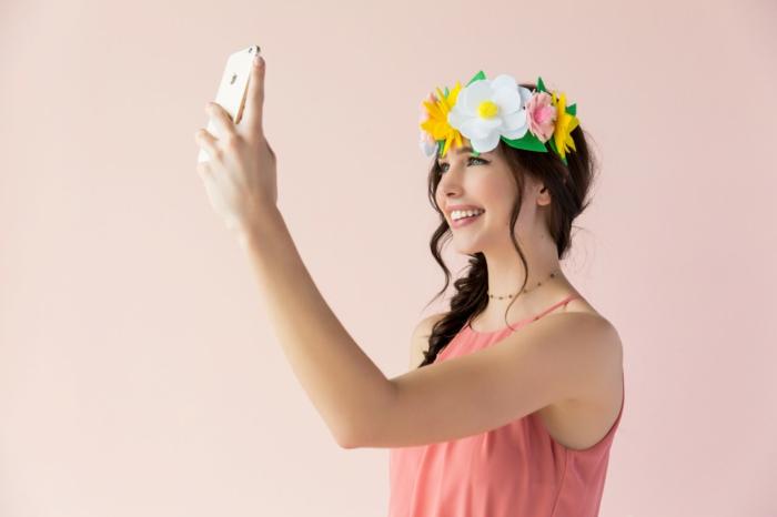 ideas de disfraces de carnaval caseros, decoración corona de flores hecha de fieltro, disfraces inspirados en las redes sociales