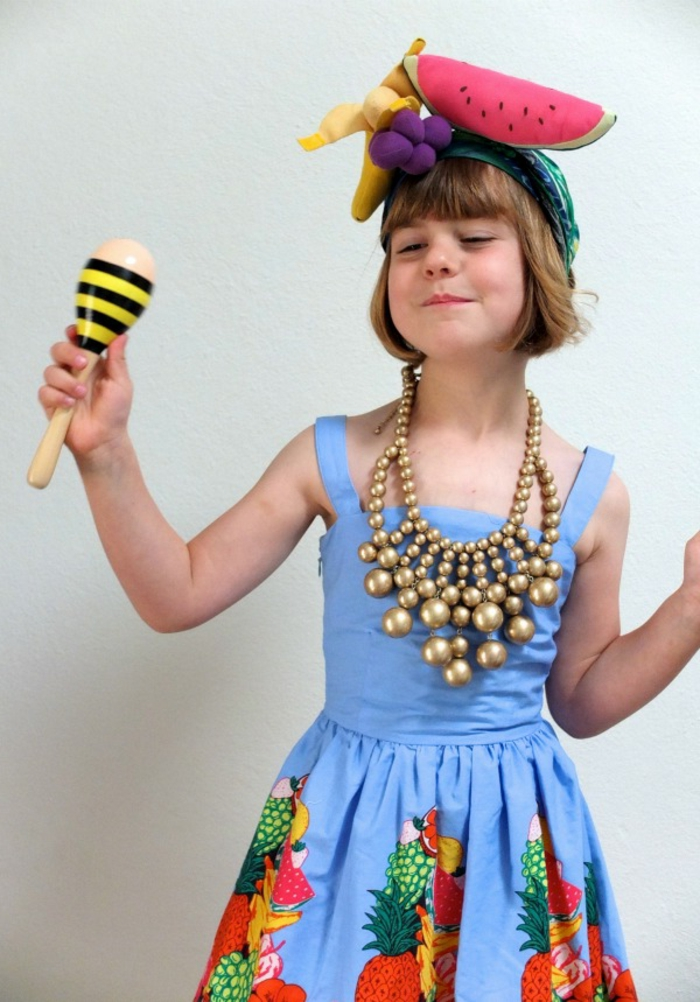 ideas originales de disfraces de halloween caseros para niños, vestido con estampados de frutas, collar en dorado