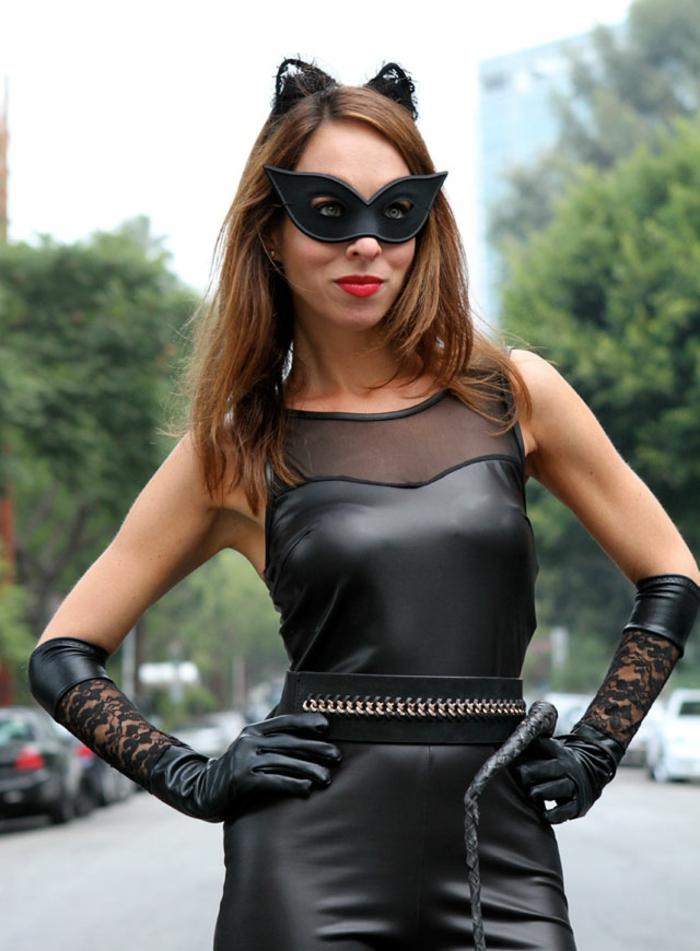 originales ideas de disfraces caseros carnaval, vestido negro, guantes con encaje negro y mascarilla para los ojos