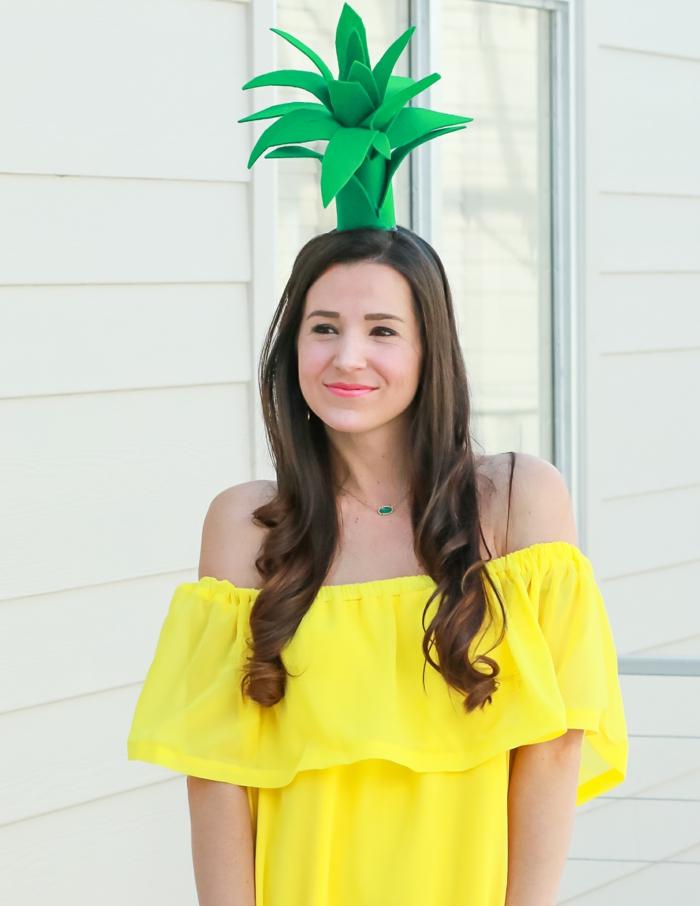 disfraces caseros de Halloween super originales, vestido en amarillo, corona de cabeza con piña en verde