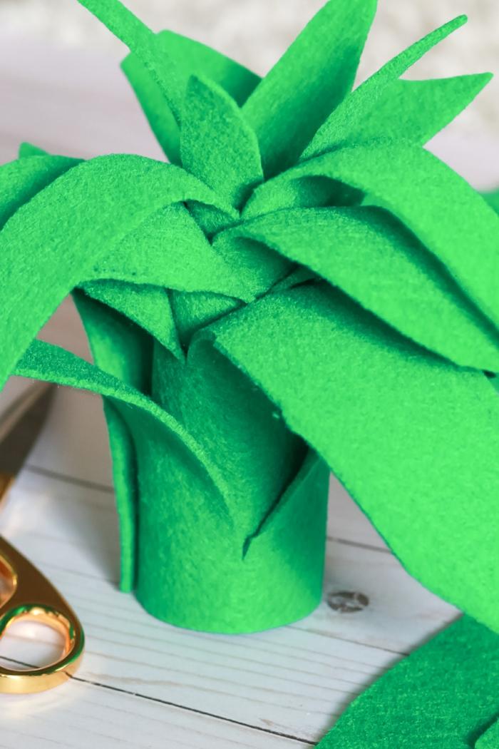 corona de piña DIY hecha de fieltro, disfraces de Halloween fáciles, rápidos y originales paso a paso