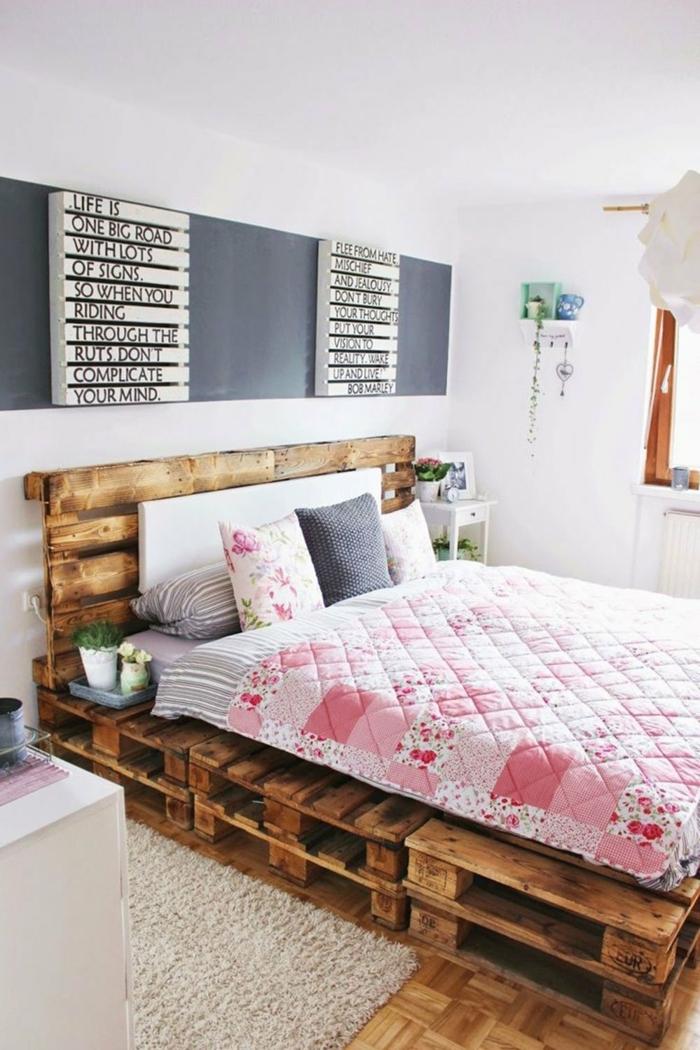 espacio decorado de manera original, ideas de decoracion con palets, cama de palets con cabecero