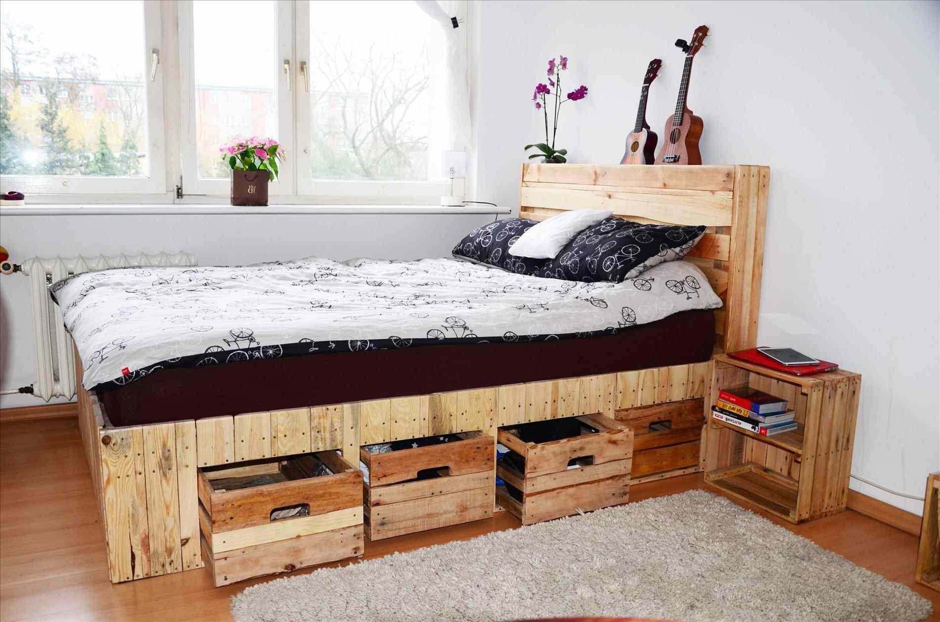 decoracion con palets ideas DIY, dormitorio moderno y acogedor, cama de palets con cajas de fruta recicladas