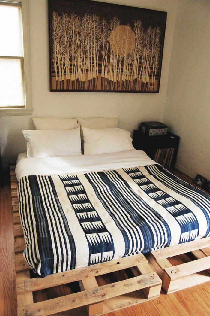 ideas sobre como hacer una cama de palets en casa, dormitorio en estilo bohemio con muebles DIY
