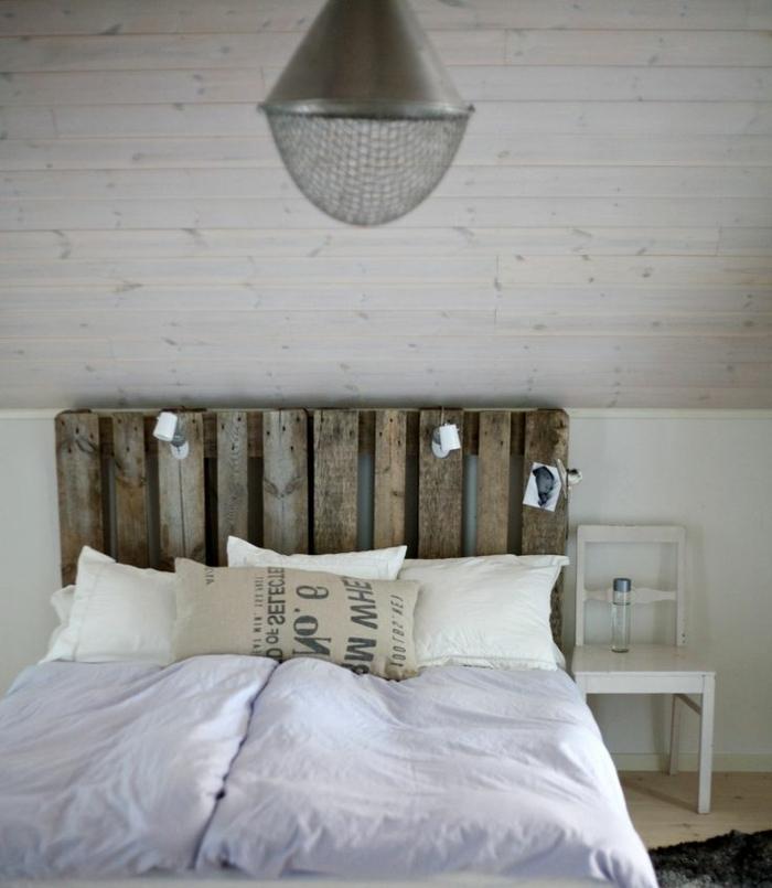 dormitorio en estilo rústico, cama de palets con cabecero DIY, ambientes acogedores decorados en tonos claros