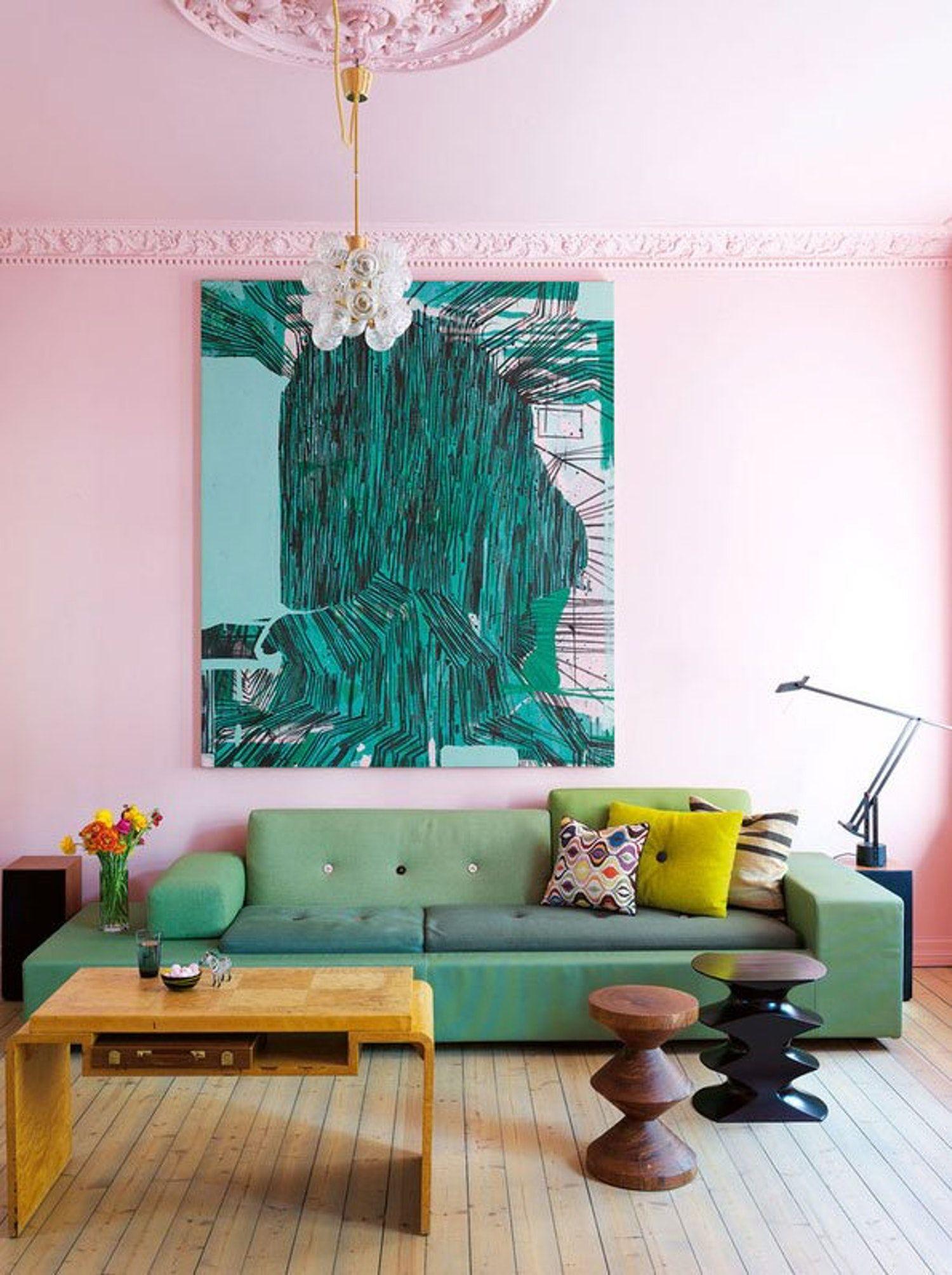 ideas sobre que colores se llevan para pintar un salon, paredes en rosado, muebles y detalles decorativos verdes