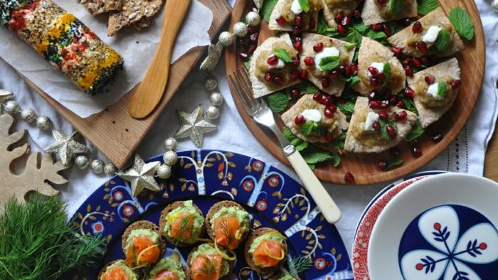 como hacer canapes decorados para nacidad, bocados con queso mozzarella, granada y hojas de menta fresca