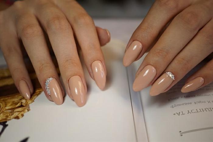 uñas largas de novia, ideas de diseños clásicos y elegantes, uñas pintadas en beige con piedras decorativas