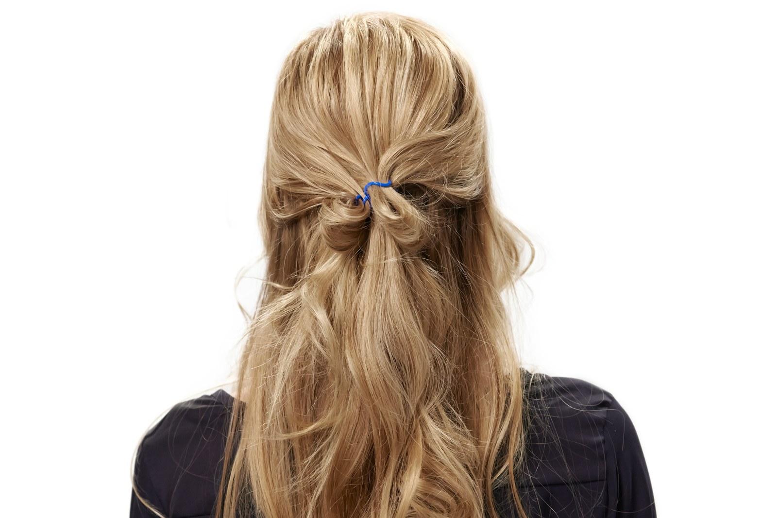 semirecogido original y sencillo, ideas de peinados faciles y bonitos que tardan 3 minutos