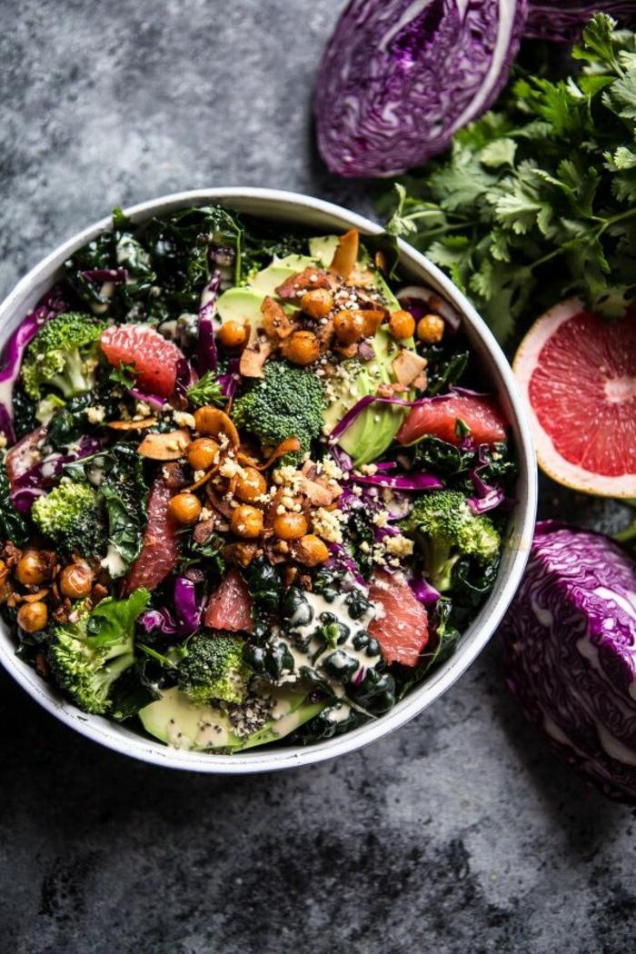 ensalada nutritiva y saludable con garbanzos, aguacate, granada, brocoli, col rojo, ideas de comidas sanas