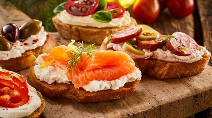 ideas de aperitivos faciles y rapidos, ricas tostadas con crema de queso, chorizo, salmón ahumado y aceitunas