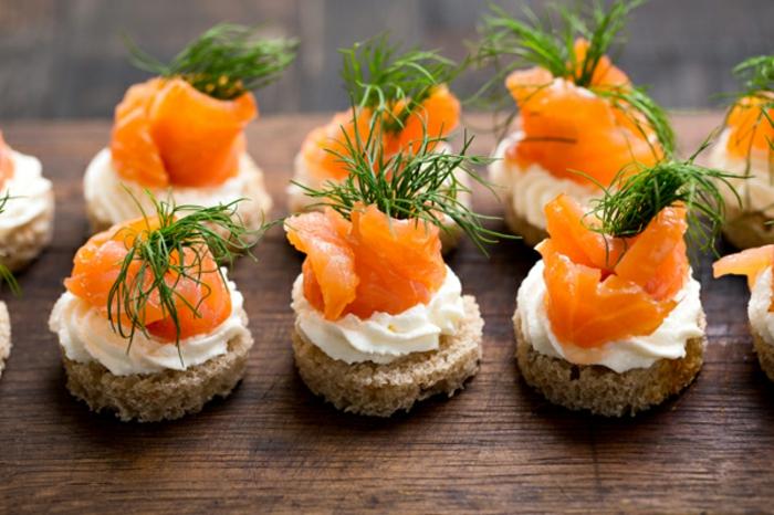 pinchos frios rápidos y fáciles, pan con crema de leche espesa y trozos de salmón ahumado ahornado con eneldo