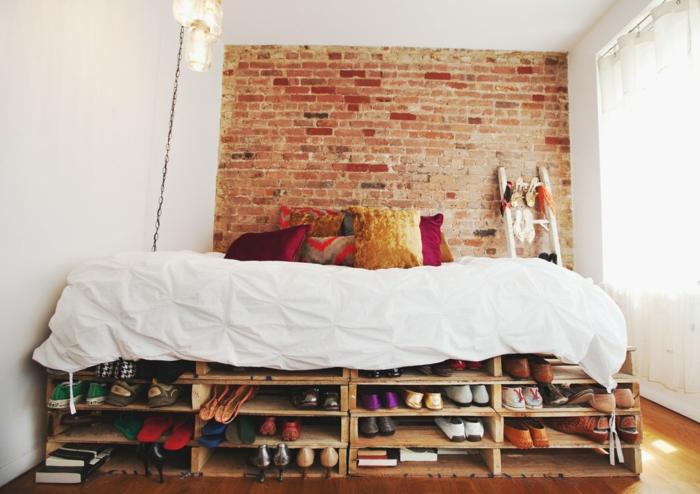 precioso dormitorio decorado en estilo rústico, cama de palets con estanterías, diseño original