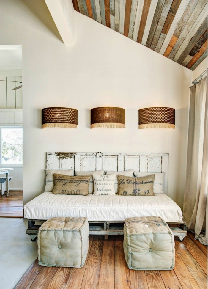 ideas de sofa cama con palets hecha a mano, precioso ambiente con techo inclinado en estilo rústico con muebles DIY