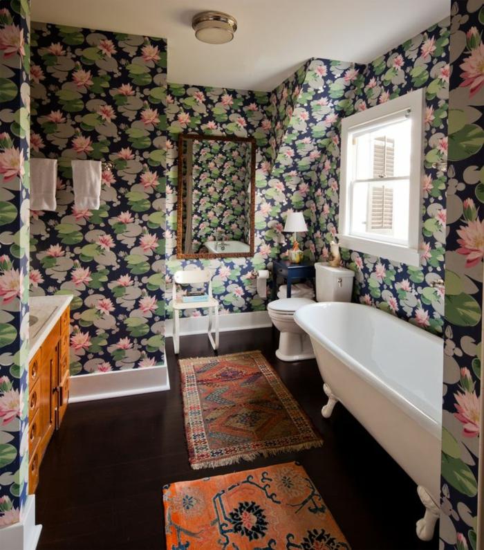 ideas de decoracion cuartos de baño en estilo vintage, papel pintado motivos florales, suelo de madera y bañera patas garra