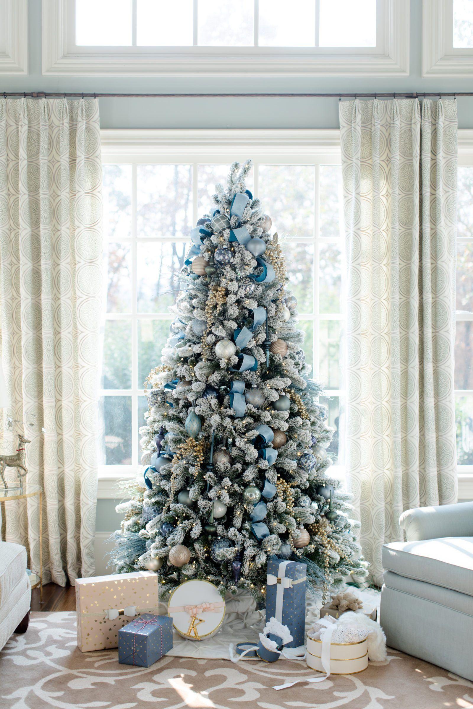 arbol con decoración exuberante en azul pastel y plateado, precioso salón decorado en los mismos tonos