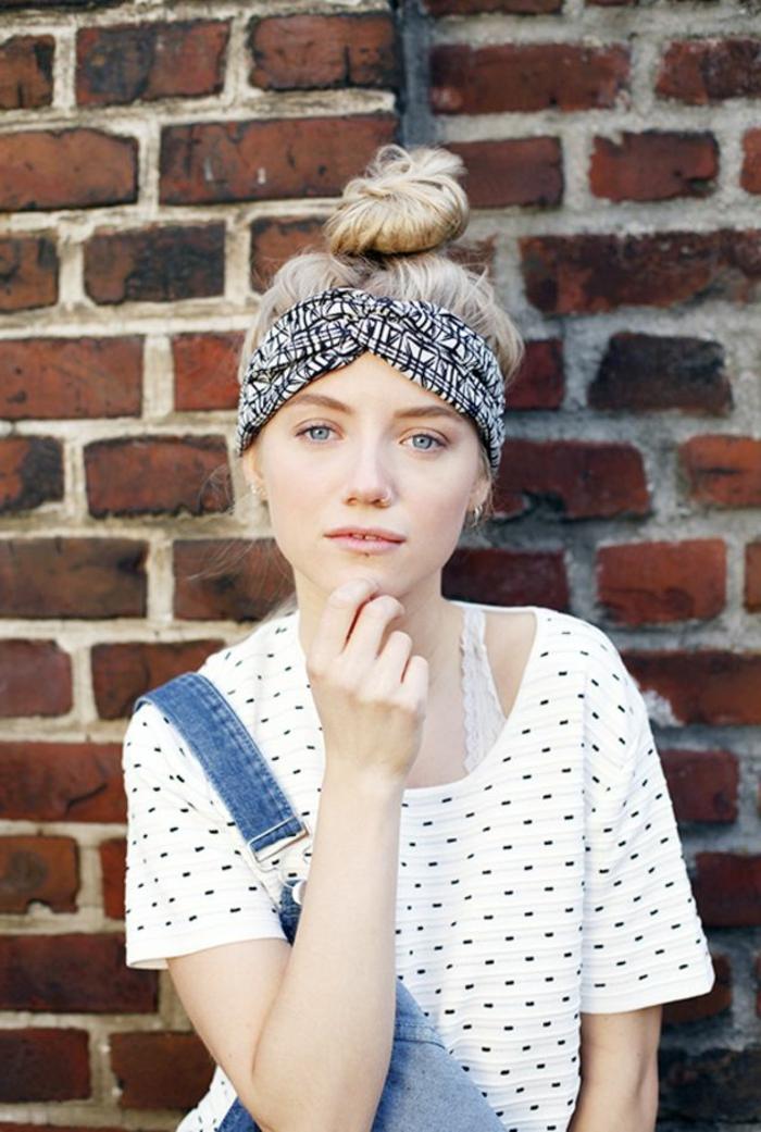 formas de ponerse un fular en la cabeza, casual outfit, pañuelo de algodón en la cabeza, mono de denim