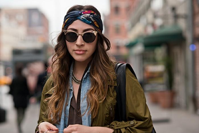 pañuelos en la cabeza tendencias moda mujer 2018 2019, chaqueta color verde, gafas de diseño