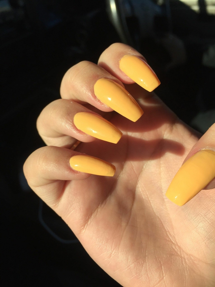 tendencias uñas largas otoño invierno 2018 2019, uñas largas en color plátano forma ballerina