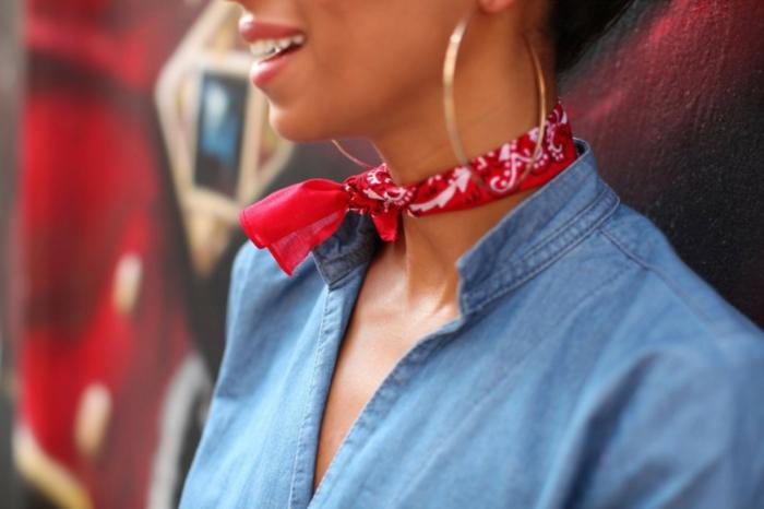 como poner un fular pequeño en el cuello, camisa de denim, pañuelo de algodón en rojo y blanco
