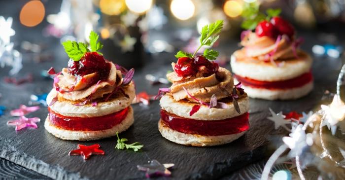 ideas de pinchos frios dulces y salados, galletas con crema de gelatina y crema de nueces, hojas de menta frescas
