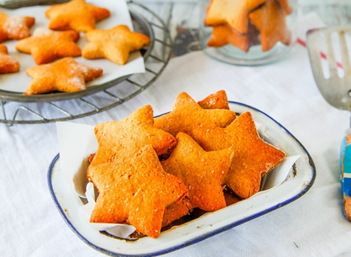 ideas de recetas navideñas faciles, galletas navideñas decorativas en forma de estrellas, galletas para Navidad