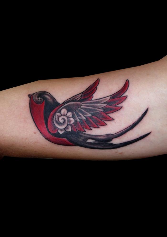 la golondrina como un símbolo típico de los tattoos old school, diseños de tatuajes faciles