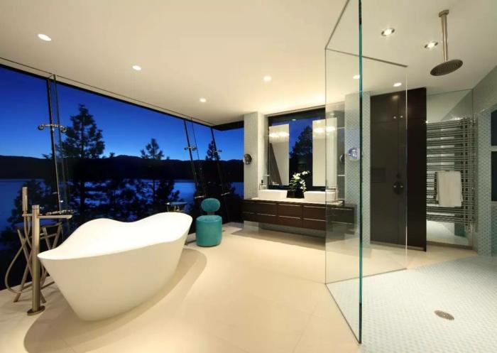 cuarto de baño grande y lujoso decorado en estilo contemporáneo con luces empotradas y grandes ventanales