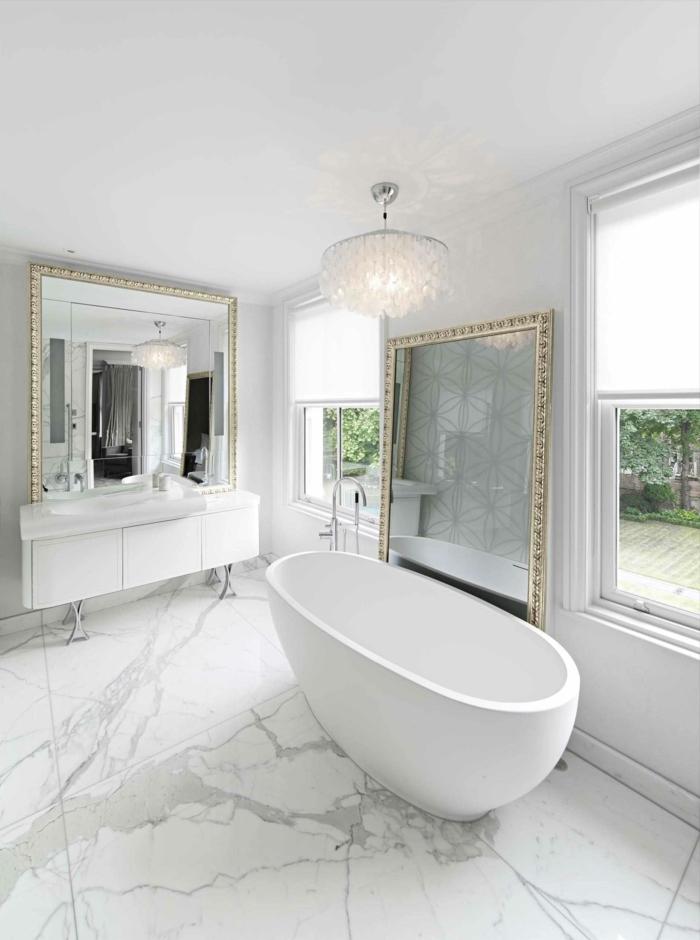 baños grises decorados en estilo contemporáneo con muebles en estilo vintage, grandes espejos con marcos en dorado