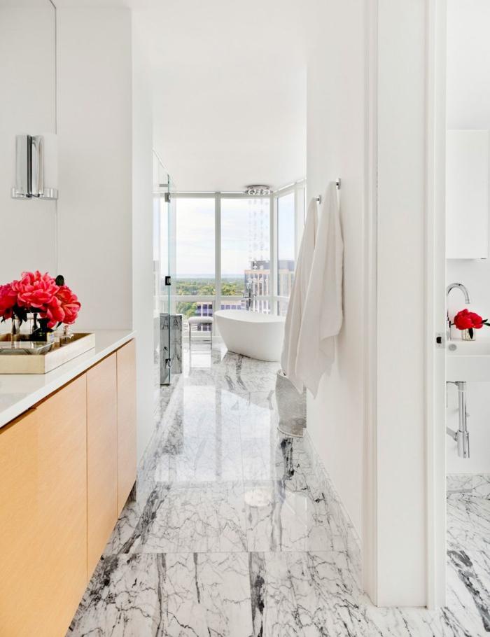 cuarto de baño de diseño con suelo de mármol, muebles modernos y decoración en blanco