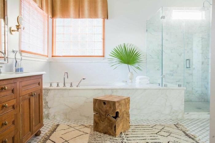 decoración de cuarto de baño en blanco y madera, bañera de mármol y cabina de ducha de vidrio