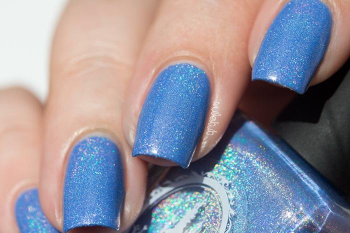 uñas largas con forma cuadrada pintadas en azul brillante, tendencias en uñas 2018 2019