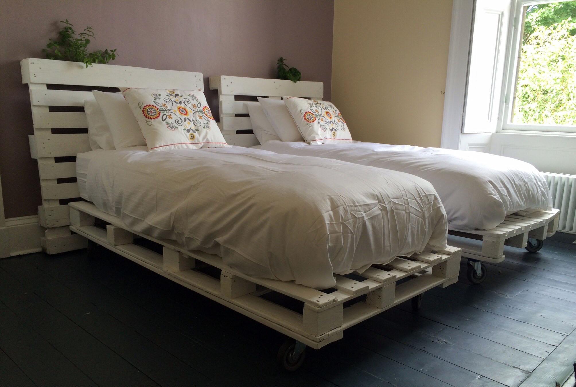 1001 ideas de camas con palets hechas a mano - Muebles decorados a mano ...