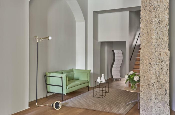 precioso salón con interesantes elementos arquitectónicos, paredes en color blanco roto