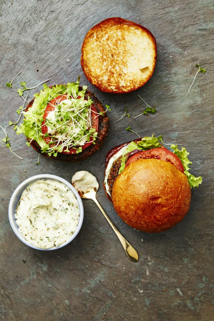 hamburguesas veganas paso a paso, hamburguesas de legumbres con salsa casera, tomates y verduras