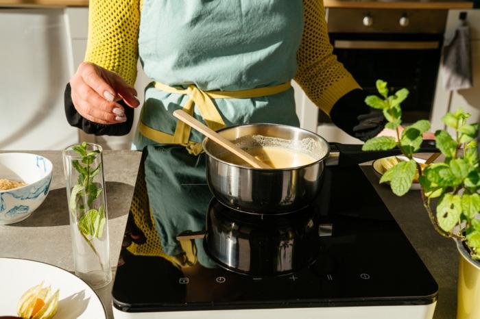 cacerola con leche de soja, agar'agar, azucar de caña, las mejores recetas de postres veganos para preparar en casa