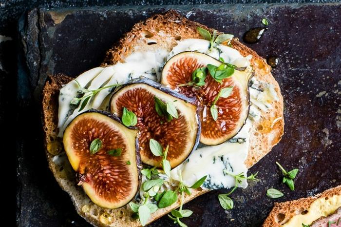 ideas de entrantes para nochevieja super originales, tostadas con queso azul y higos, ricas propuestas para Nochevieja