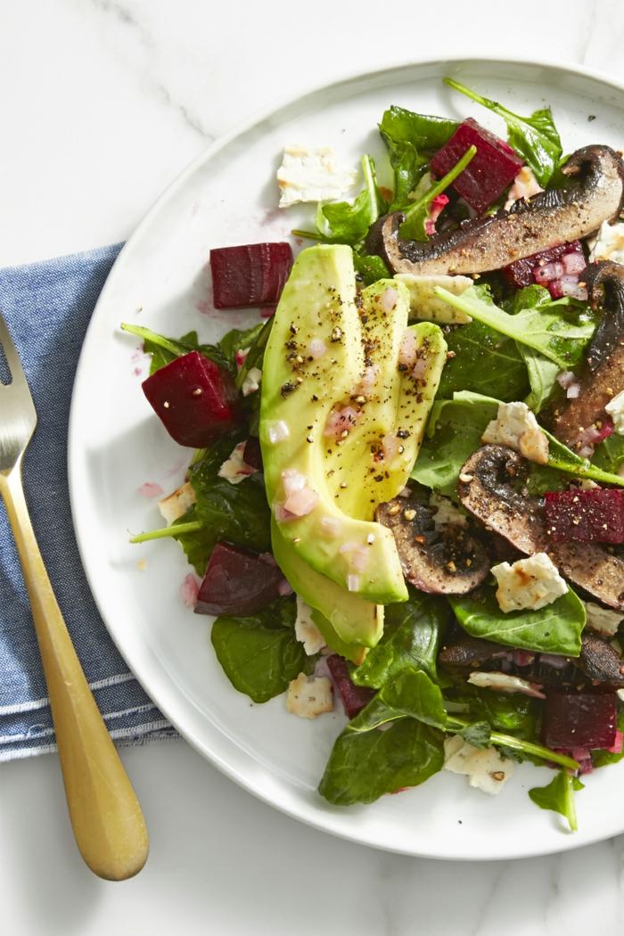 platos ricos para una dieta vegana paso a paso, ensalada de espinacas, remolacha, setas y hongos
