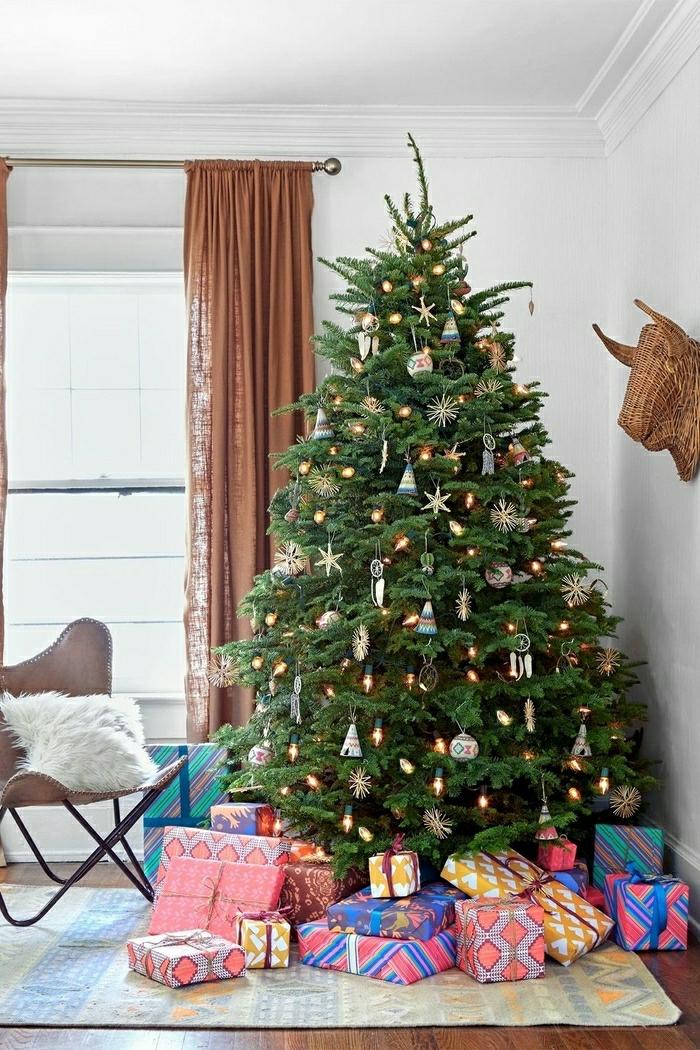 precioso árbol decorado con pequeños detalles, salón de encanto decorado en estilo vintage