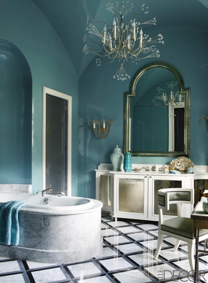 cuarto de baño de lujo decorado en estilo vintage, paredes en azul, muebles y objetos decorativos de época