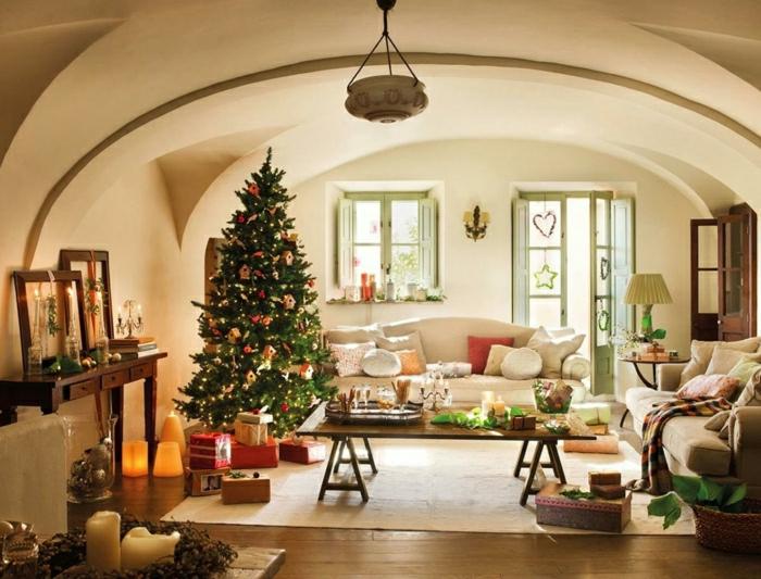 salón decorado en estilo rústico moderno con muebles de madera e interesantes elementos arquitectónicos, árbol de navidad decorado con estilo