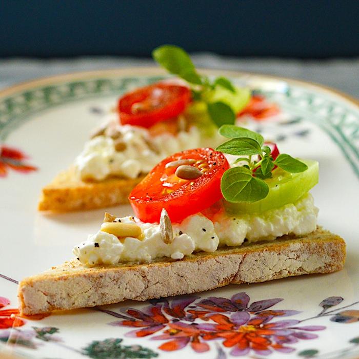 tostadas fáciles y ricas, pan integral con riccota, tomates, pepinos, verduras y semillas, ideas de entrantes navideños