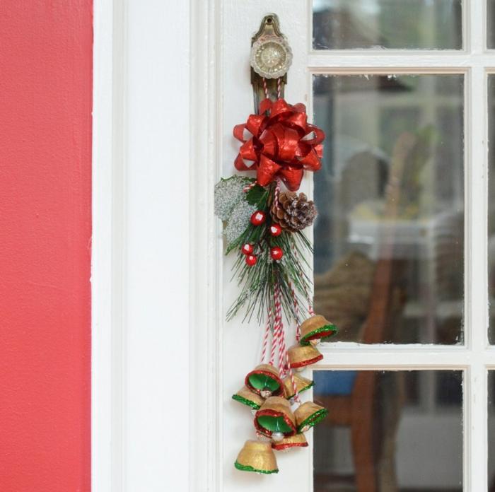 campañas DIY en dorado, rojo y verde hechas de cartón, decoración navideña de cartón de bandejas de huevos